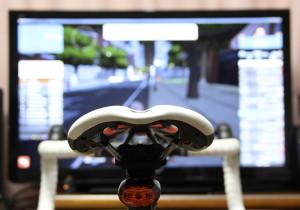 画面に向かって自転車こぎ